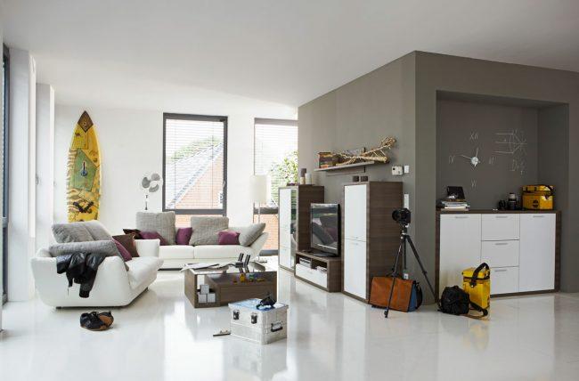 Juego-de-sofas-blancos-de-dos-plazas-de-cuero-con-mesa-de-centro-con-tope-de-cristal