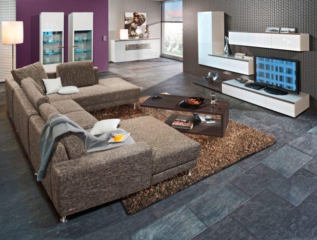 Mega-sofa-clasico-combinado-con-una-mesa-de-centro-de-diseno